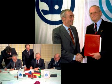 On 28 March 1991, the then Czech Minister of Industry, Jan Vrba (left), and the CEO of Volkswagen at that time, Dr. Carl Hahn (right), signed the contract for the integration of the car manufacturer named 'ŠKODA, automobilová akciová společnost' into Volkswagen Group. (Photo: ŠKODA AUTO a.s.)