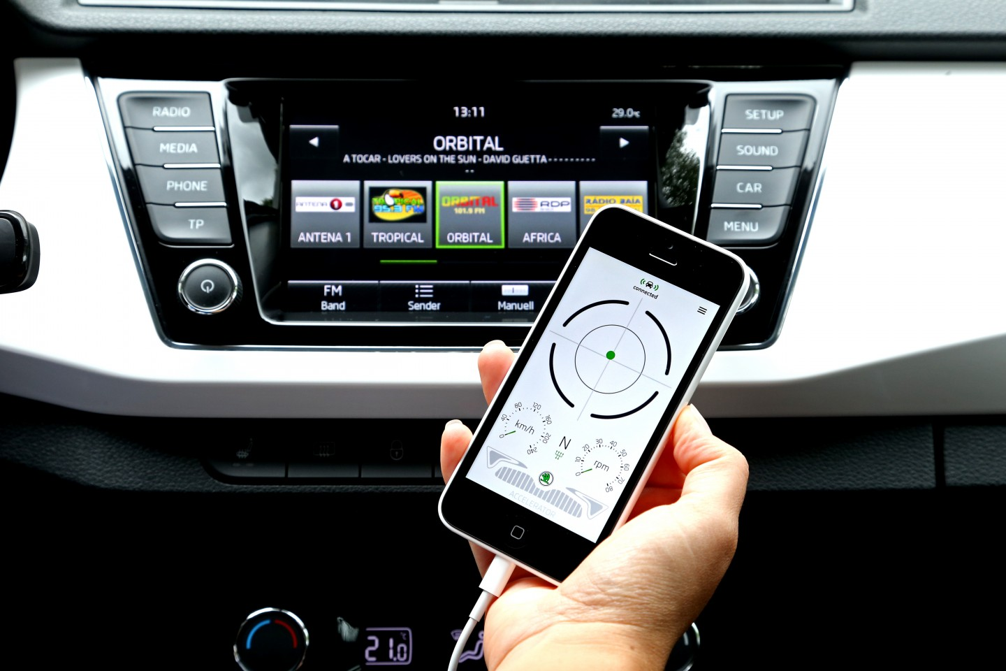 Smart connection: The MFA-Pro app turns your smartphone into an extended on-board computer. (Photo: ŠKODA AUTO a.s.)