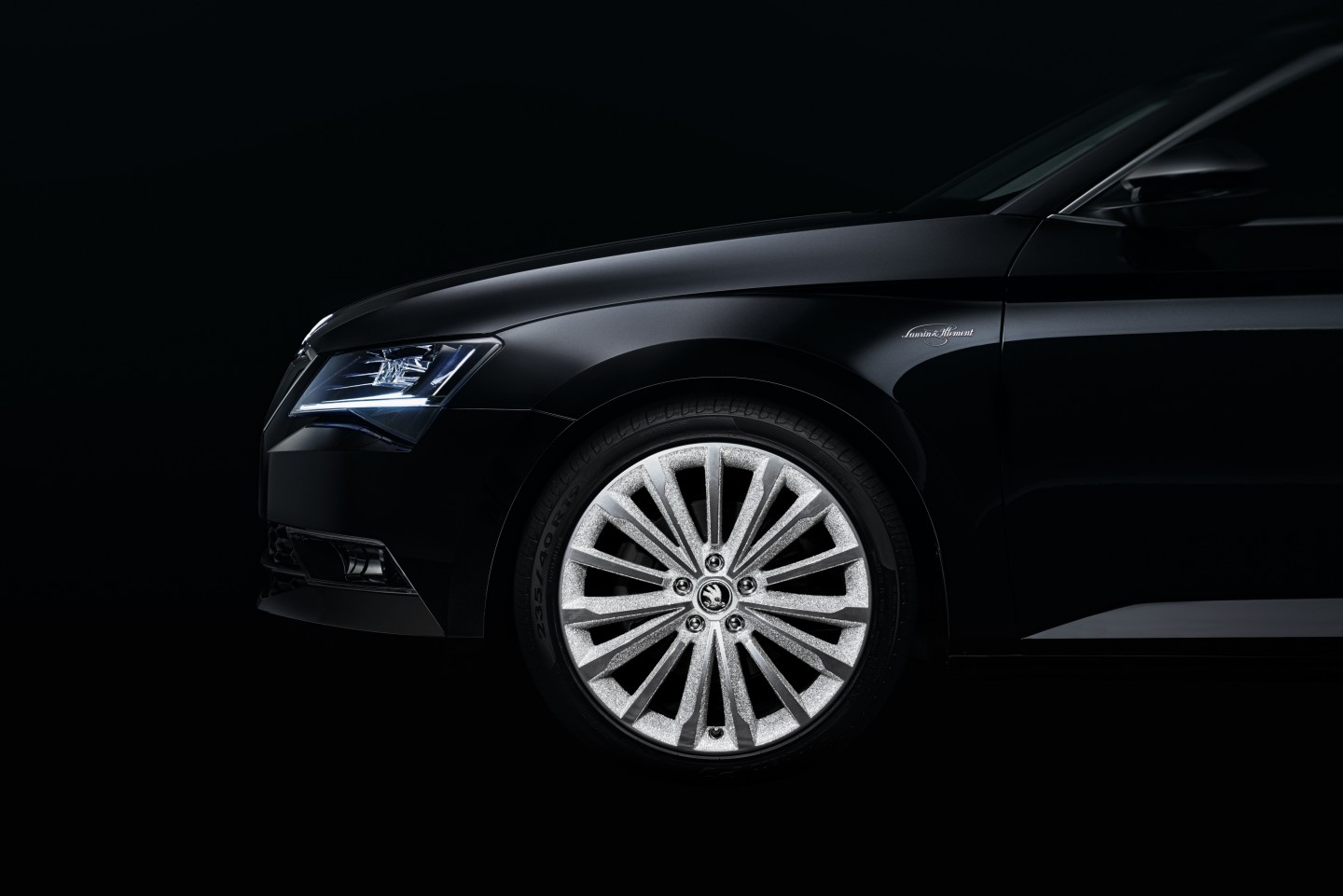 The wheel thing: ŠKODA Superb rims receive a simply dazzling makeover. (Photo: ŠKODA AUTO a.s.)
