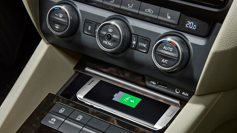 160219 SKODA Mobile Phone Wireless Charging_fi