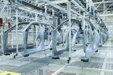 Krok #2 // výroba karoserií Přímo zlisovny: levá a pravá strana automobilu ŠKODA Superb přichází do výrobny karoserií. Na lince nazývané Aufbau II jsou spojeny sostatními částmi karoserie. (Fotografie: Andreas Pohlmann)