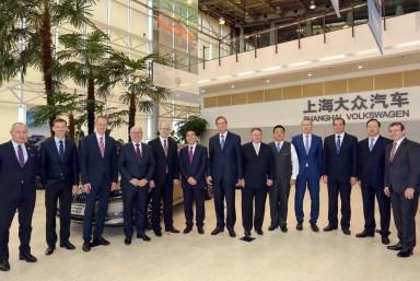 Cesta do Číny: Premiér Sobotka navštívil závod vyrábějící vozy ŠKODA v An-tchingu