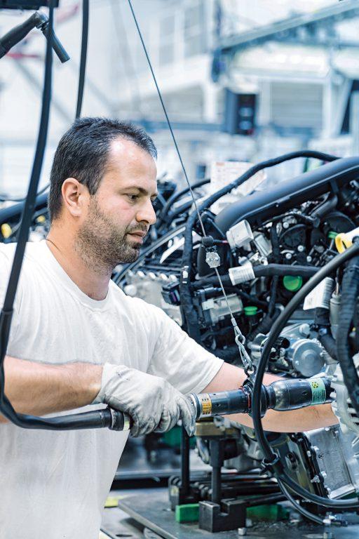 """Petr Barták (34) z Nového Města nad Metují pracuje jako operátor předběžné montáže agregátů. Ve společnosti ŠKODA AUTO působí osm let    a práce pro tuto značku se mu líbí, protože vyžaduje """"rychlost, kvalitu, přesnost a spolehlivost"""". Rok 2015 byl v závodě Kvasiny ve znamení růstu."""