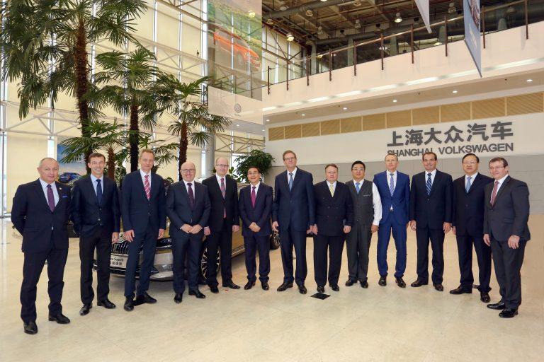 Premiér Sobotka navštívil závod vyrábějící vozy ŠKODA v An-tchingu