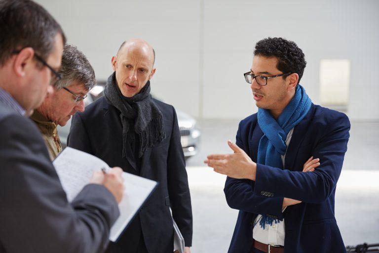 Marwan Khiat (vpravo) mluví ke shromážděným novinářům o rozhodnutích designérů, která se uplatnila při tvorbě VisionS.