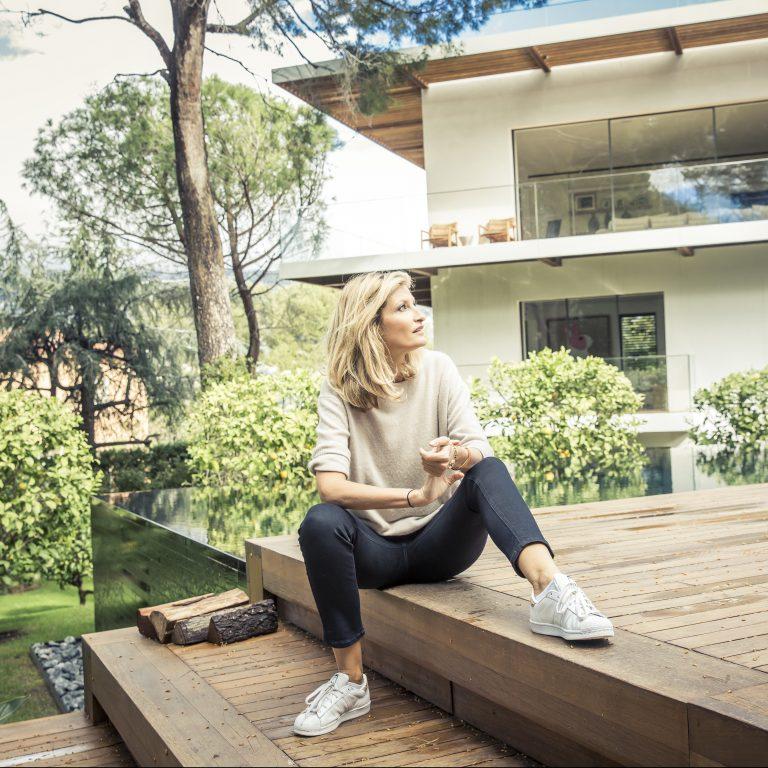 Tereza Maxová před svým letním domem v Saint-Jean-Cap-Ferrat. Dům patříval tenisové hvězdě Björnu Borgovi.