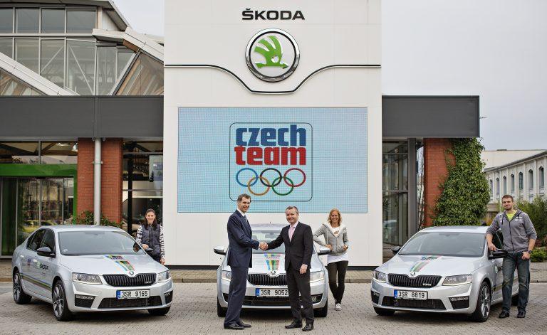 ŠKODA předala olympionikům osm vozů