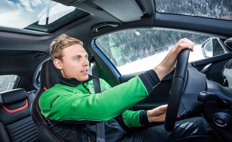 Umělec v kokpitu: sám s trakcí vzdoruje podkladu hladkému jako zrcadlo, přitom drží ideálně rovnou dráhu, i když zimní kola nemají protiskluzové hroty pro jízdu na ledě.