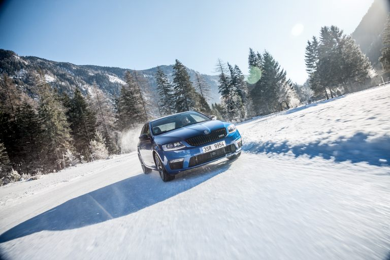 Icy corner – no problem! Under radiant sunshine, the Octavia RS 4x4 barely slips even in the tightest angles. (Photo: Bernhard Huber)