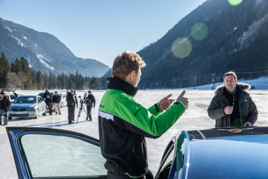 What's the perfect line? Driver Tidemand discusses the best route around the course with the film team. (Photo: Bernhard Huber)