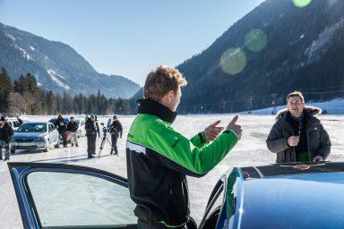 Kudy prosím k ideálně rovné dráze? Jezdec Tidemand konzultuje s natáčecím týmem nejlepší cestu přes led. (Fotografie: Bernhard Huber)