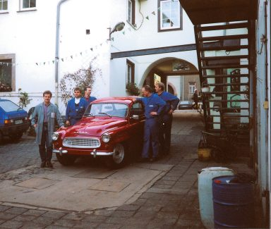 New horizons: In the wake of German reunification, Thomas Peckruhn joined forces with ŠKODA. Here the employees gather around a historical ŠKODA Octavia at his dealership in Sangerhausen in 1990. The plan was for the family-run enterprise to grow in conjunction with the Czech automotive brand – fuelled by a high demand for new cars in East Germany. (Photo: private archive)