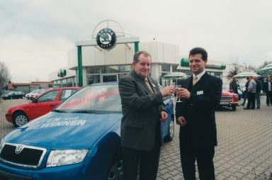 New site: In March 2001, Autohaus Liebe owner Thomas Peckruhn and his father Wolfgang Peckruhn (left) open a new ŠKODA dealership in Erfurt. (Photo: private archive)