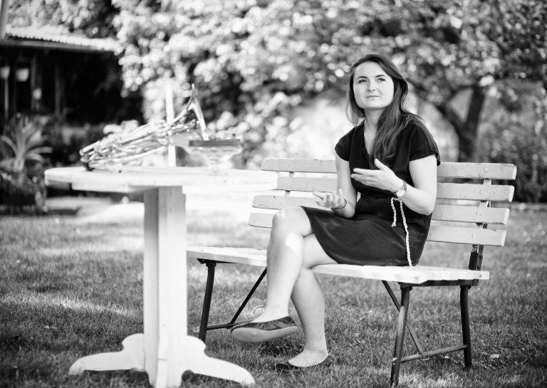 Kateřina žije na bývalém statku nedaleko u Prahy svelkou opečovávanou zahradou.