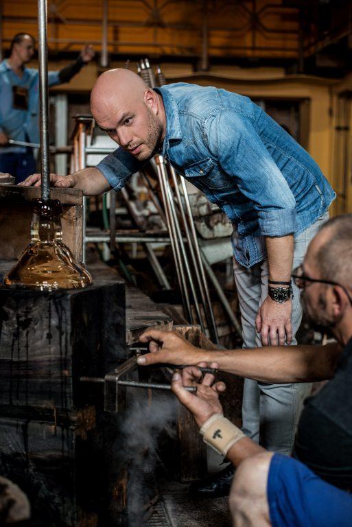 Vysoké řemeslné umění: Tekuté sklo se lije do dřevěné formy.