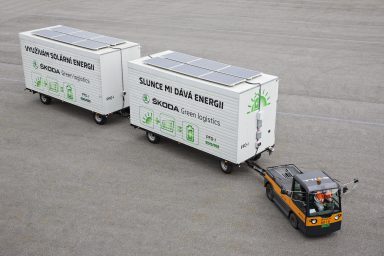Electric tow tractor in the ŠKODA plant: Solar panels charge batteries during operation