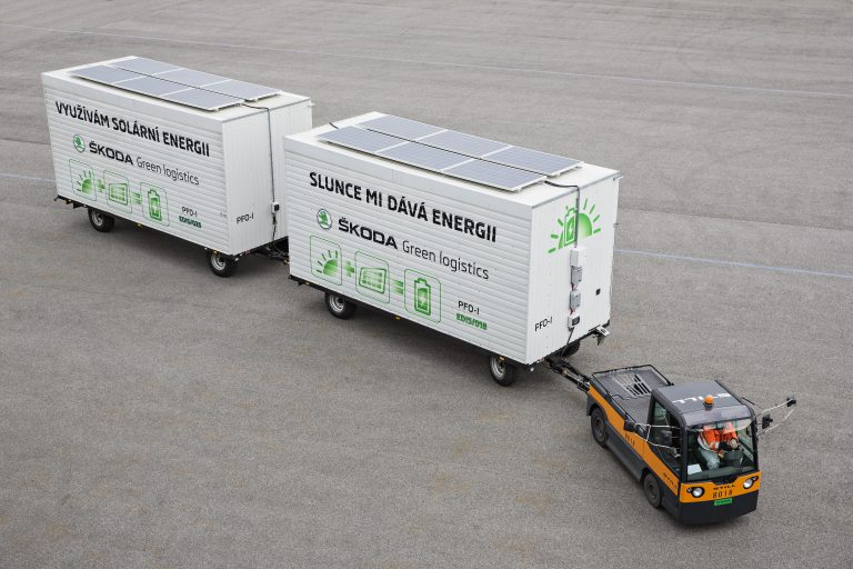 Electric tow tractor in the ŠKODA plant: Solar modules charge the battery during operation