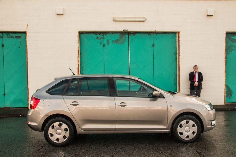 Muž a jeho auto