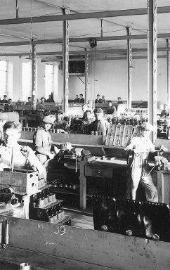 Montaz-motoru-nekdy-kolem-roku-1925-RET