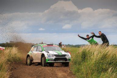 Polská rally: ŠKODA dominuje kategorii WRC 2 zásluhou prvního O. C. Veibyho, následovaného Pontusem Tidemandem