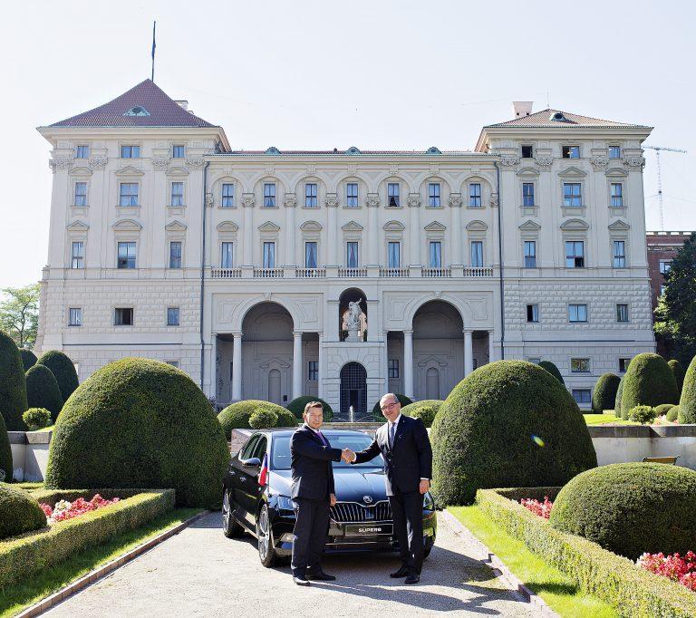 Velvyslanci ČR přesedají do vozů ŠKODA SUPERB