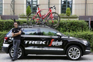 Nová ŠKODA KAROQ doprovodí cyklistu Alberta Contadora při dnešní časovce na Vueltě