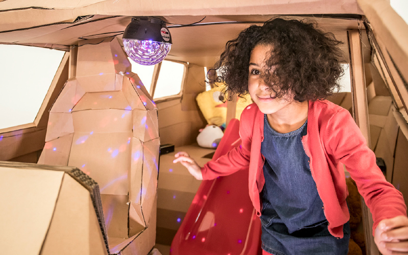 Karoq-cardboard-girl-inside