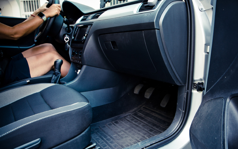 Driving-instructor-rapid-interior-sideview