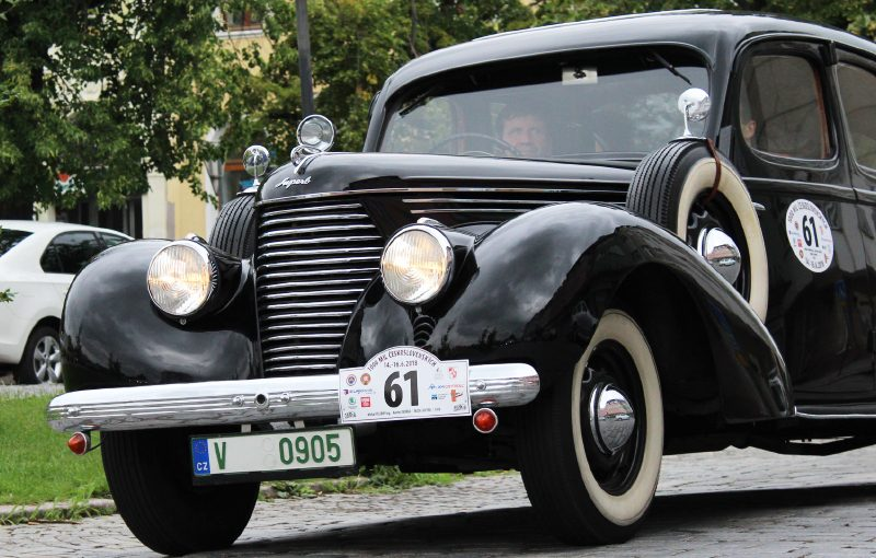 SKODA-SUPERB-3000-and-Petricek-driving