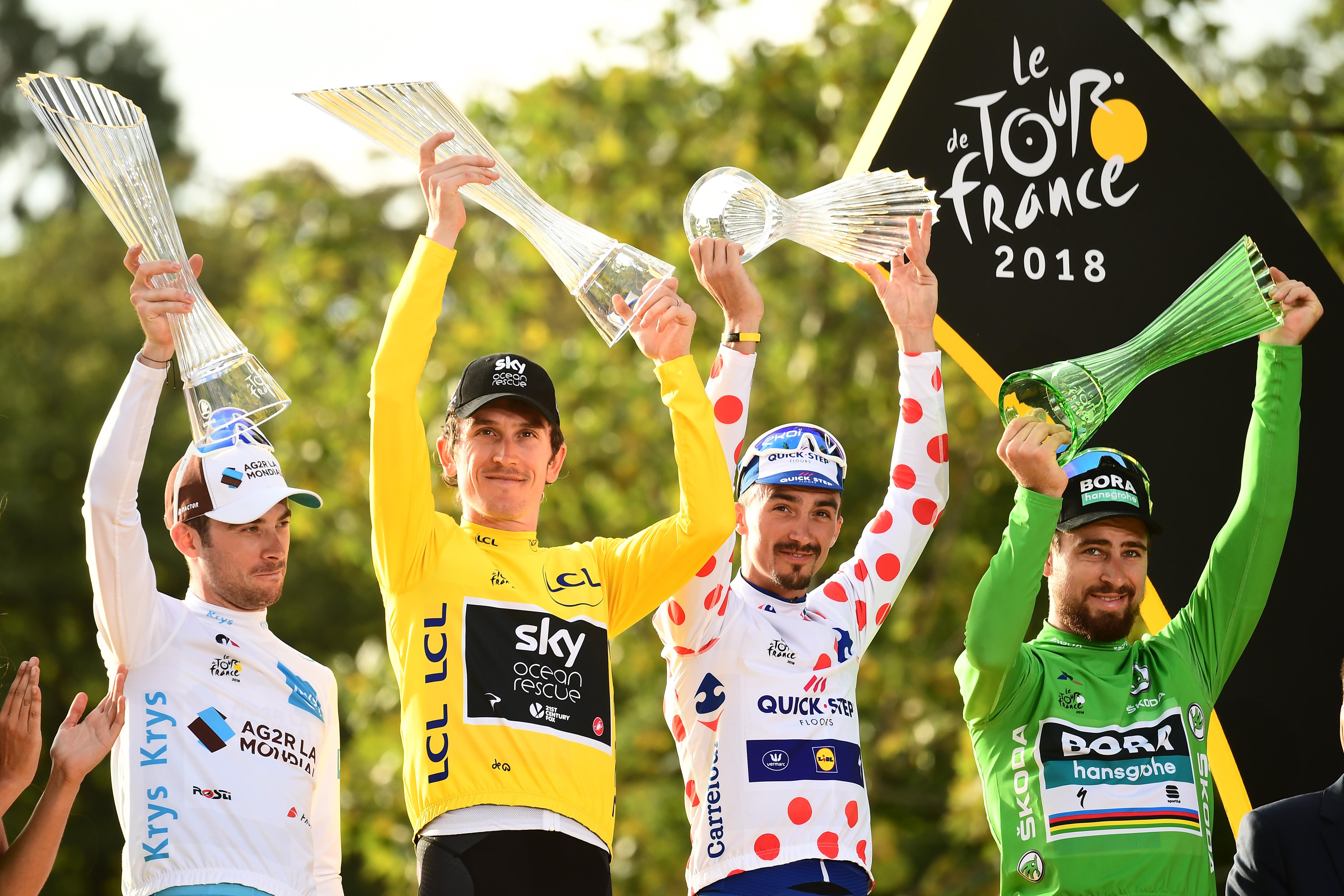 Tour de France winner Geraint Thomas celebrates with ŠKODA AUTO crystal  glass trophy 7c0598fb8