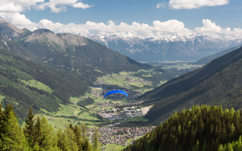 Paraglider-mountains-panorama
