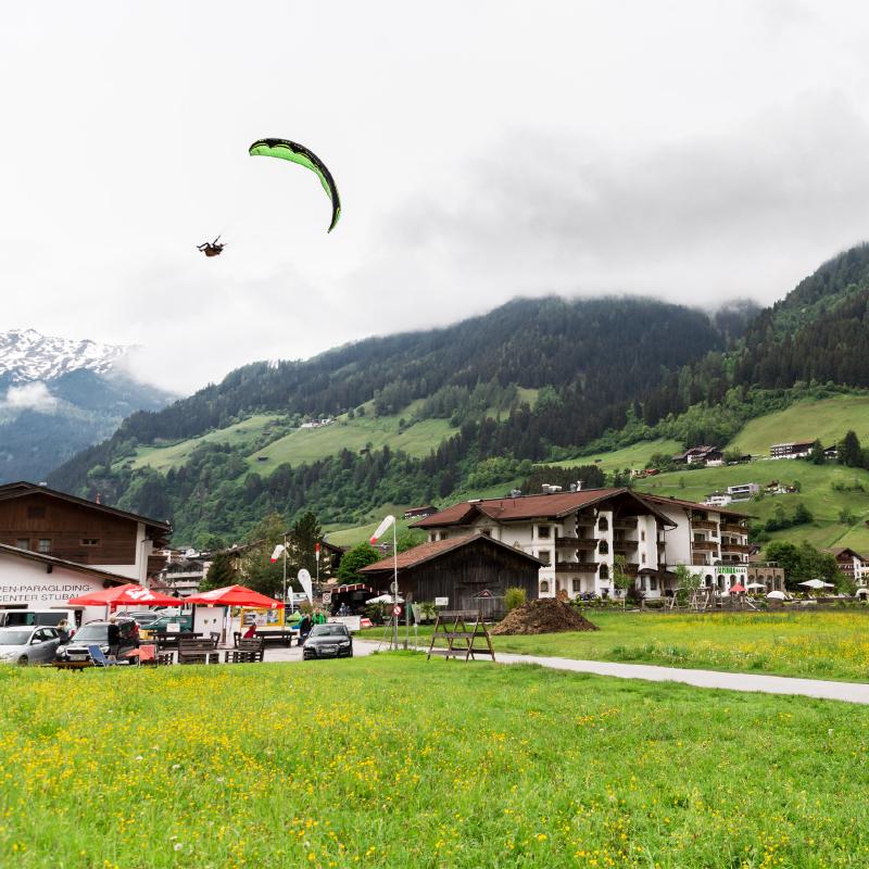 Paraglider-mountains-village