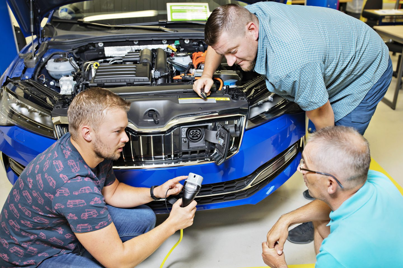 ŠKODA AUTO vzdělává své zaměstnance na požadavky elektromobility