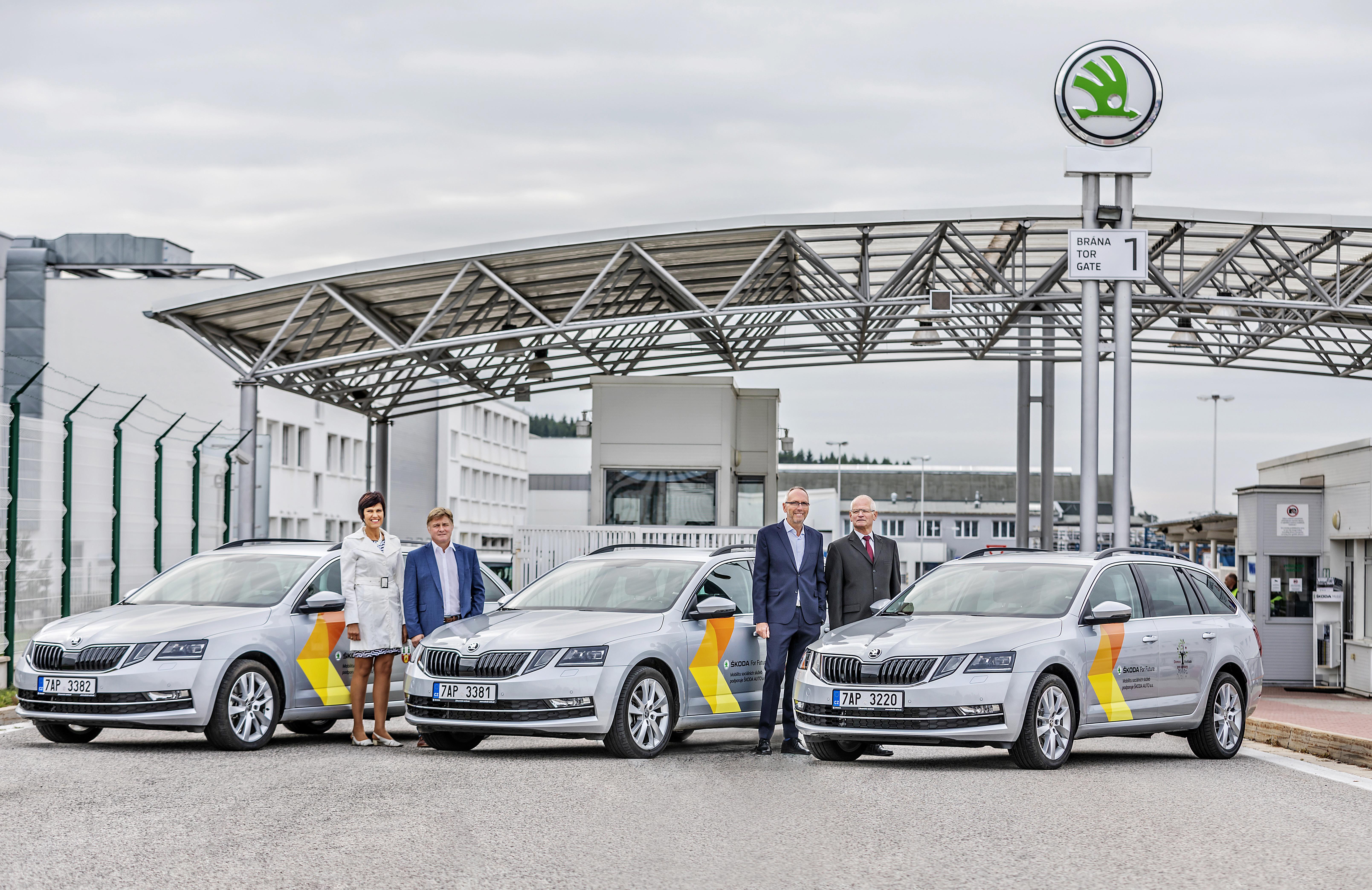 ŠKODA AUTO předala tři vozy Pečovatelské službě a Domovu pro seniory ve Vrchlabí