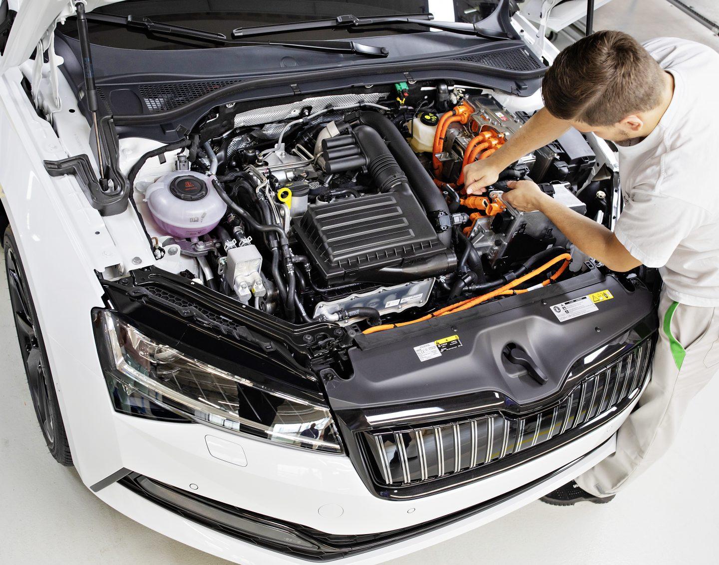 ŠKODA AUTO zahajuje v závodě Kvasiny sériovou výrobu modelu ŠKODA SUPERB iV