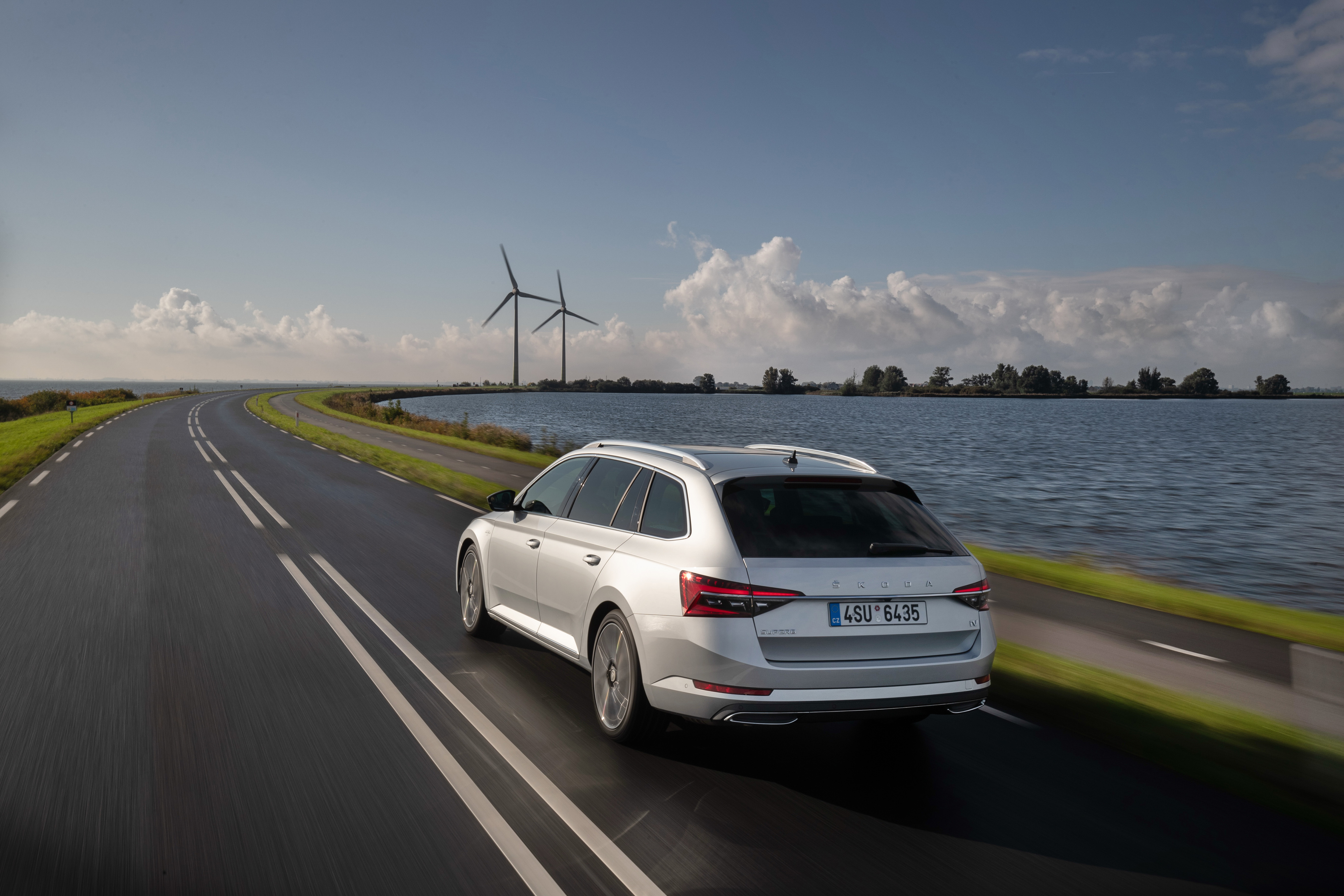 """SKODA ENYAQ iV and SKODA SUPERB COMBI win six awards in """"Family Cars of the Year"""" readers' poll - Image 1"""