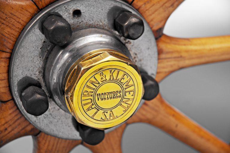 Le ruote in legno con cerchioni in acciaio erano fissate all'asse tramite un dado centrale.