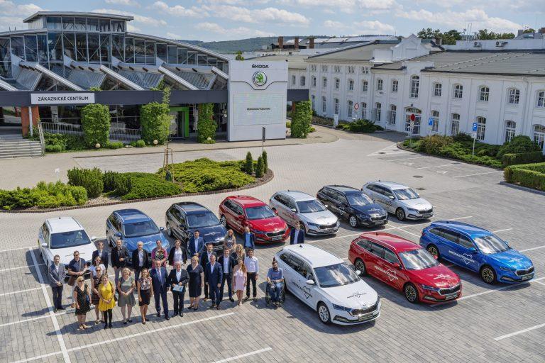 ních 10 organizací převzalo vozy OCTAVIA  v Zákaznickém centru ŠKODA AUTO