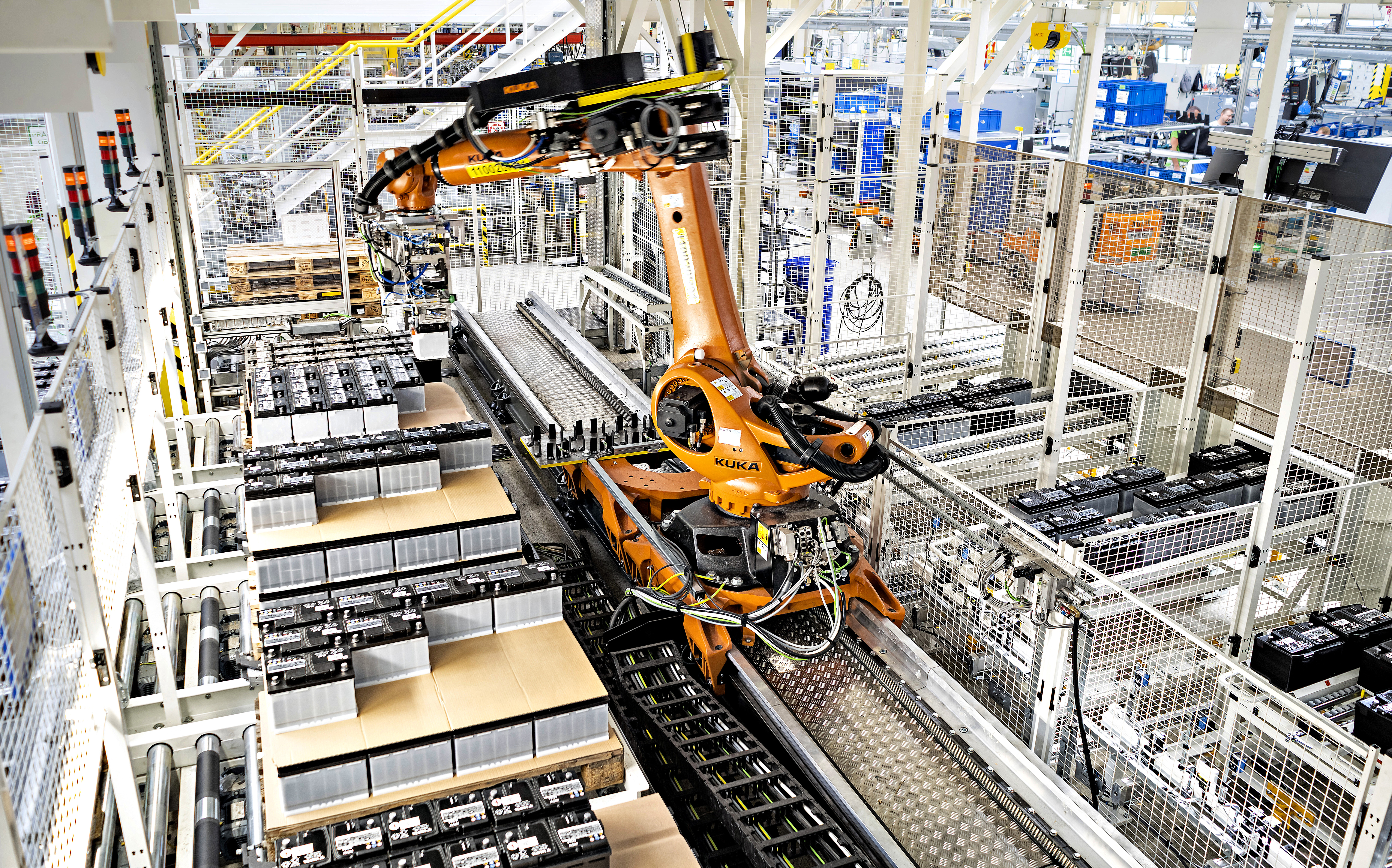 Robot delivers just-in-sequence parts directly to the production line at the SKODA AUTO plant in Kvasiny - Image 2