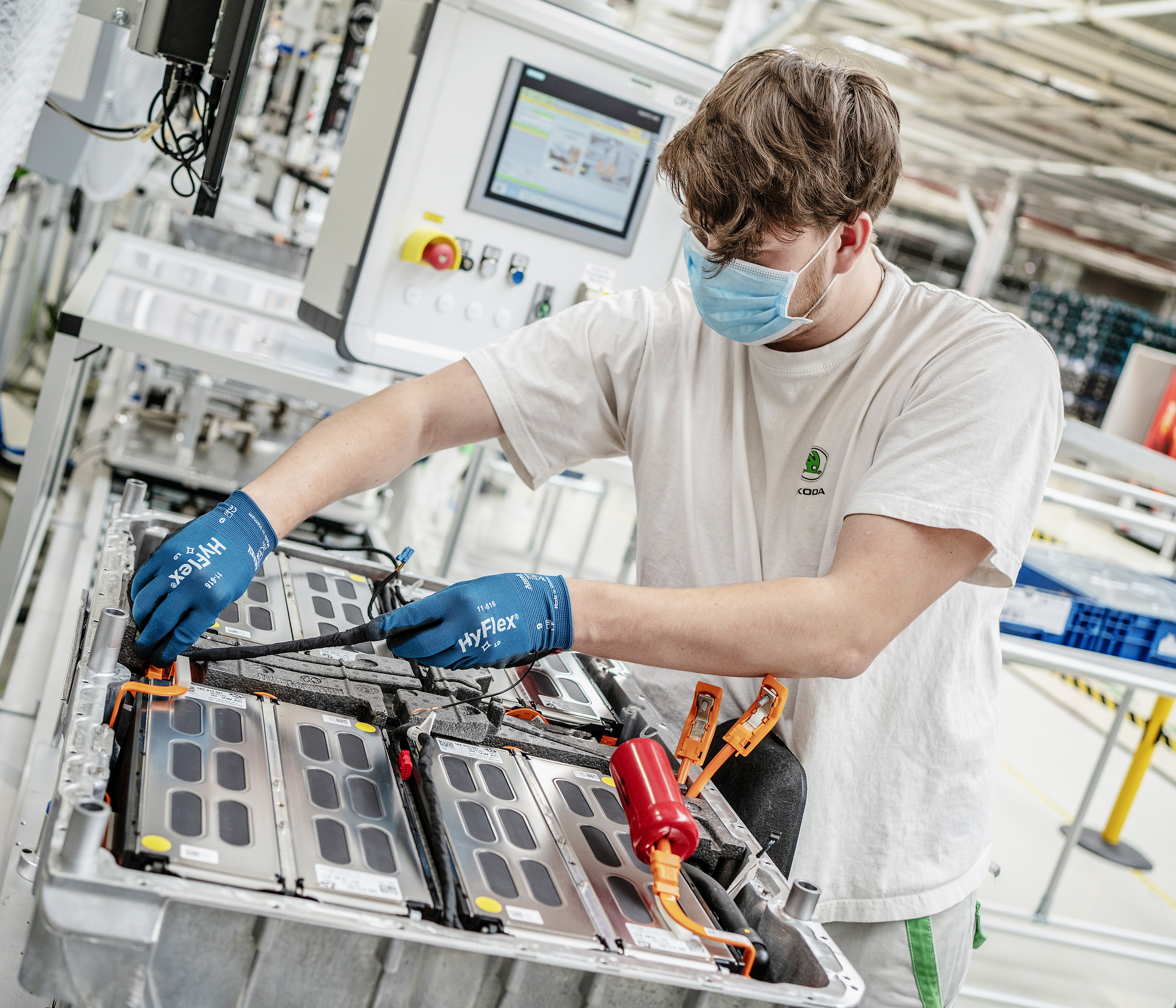 SKODA AUTO produces 100,000th battery for models with plug-in hybrid drivetrain - Image 2