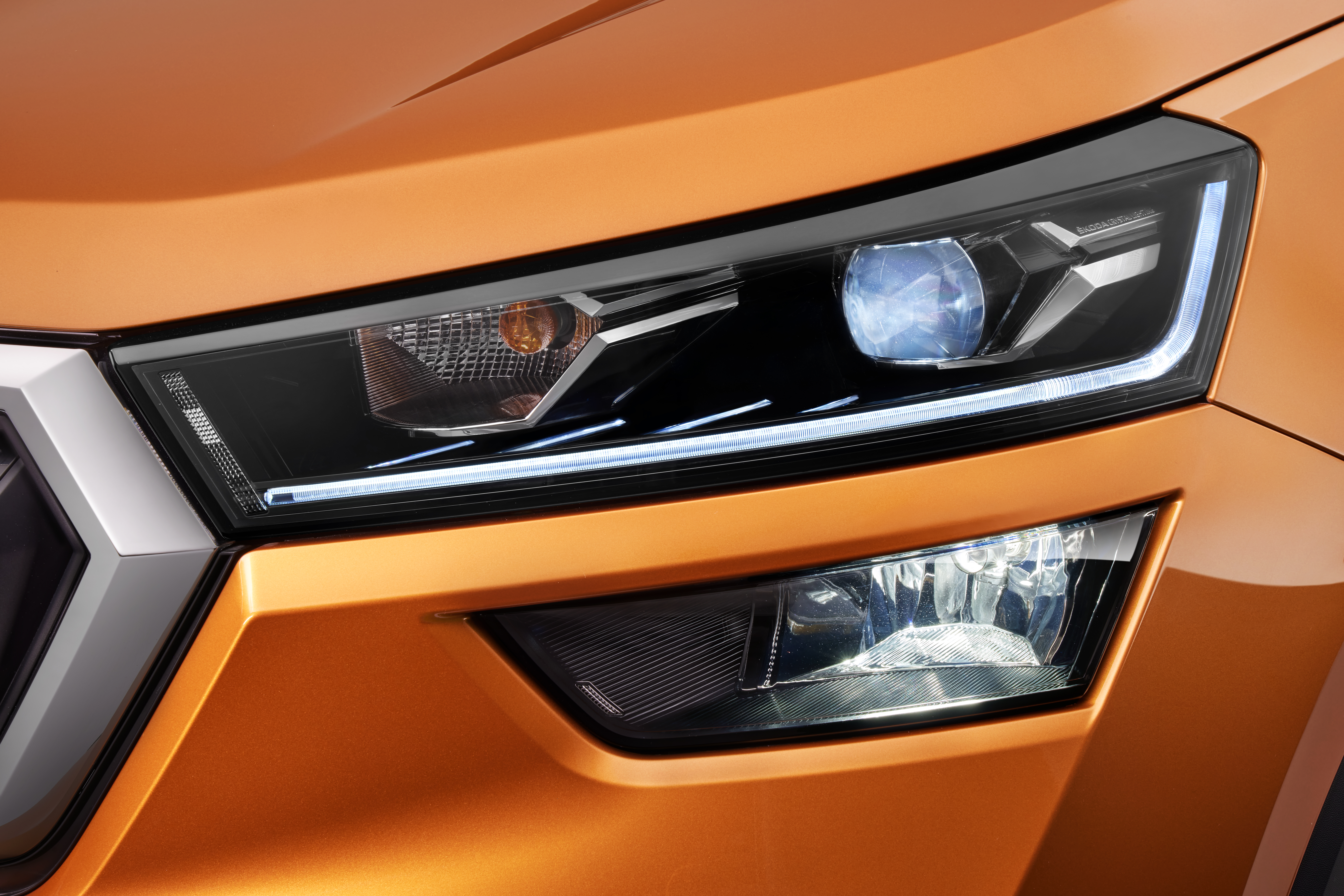 From the Ambition trim upwards, the KUSHAQ has a set of LED headlights with ŠKODA's typical crystalline design.