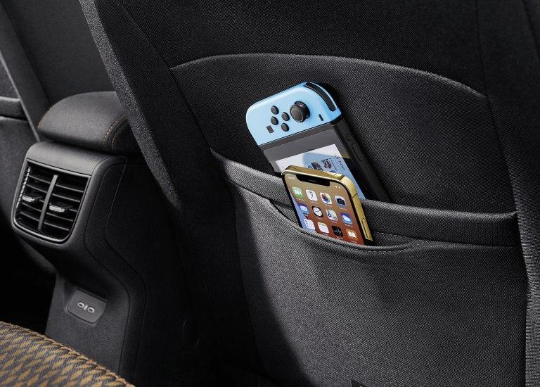 Dve odkladacie vrecká na mobilné telefóny na zadnej strane operadiel predných sedadiel