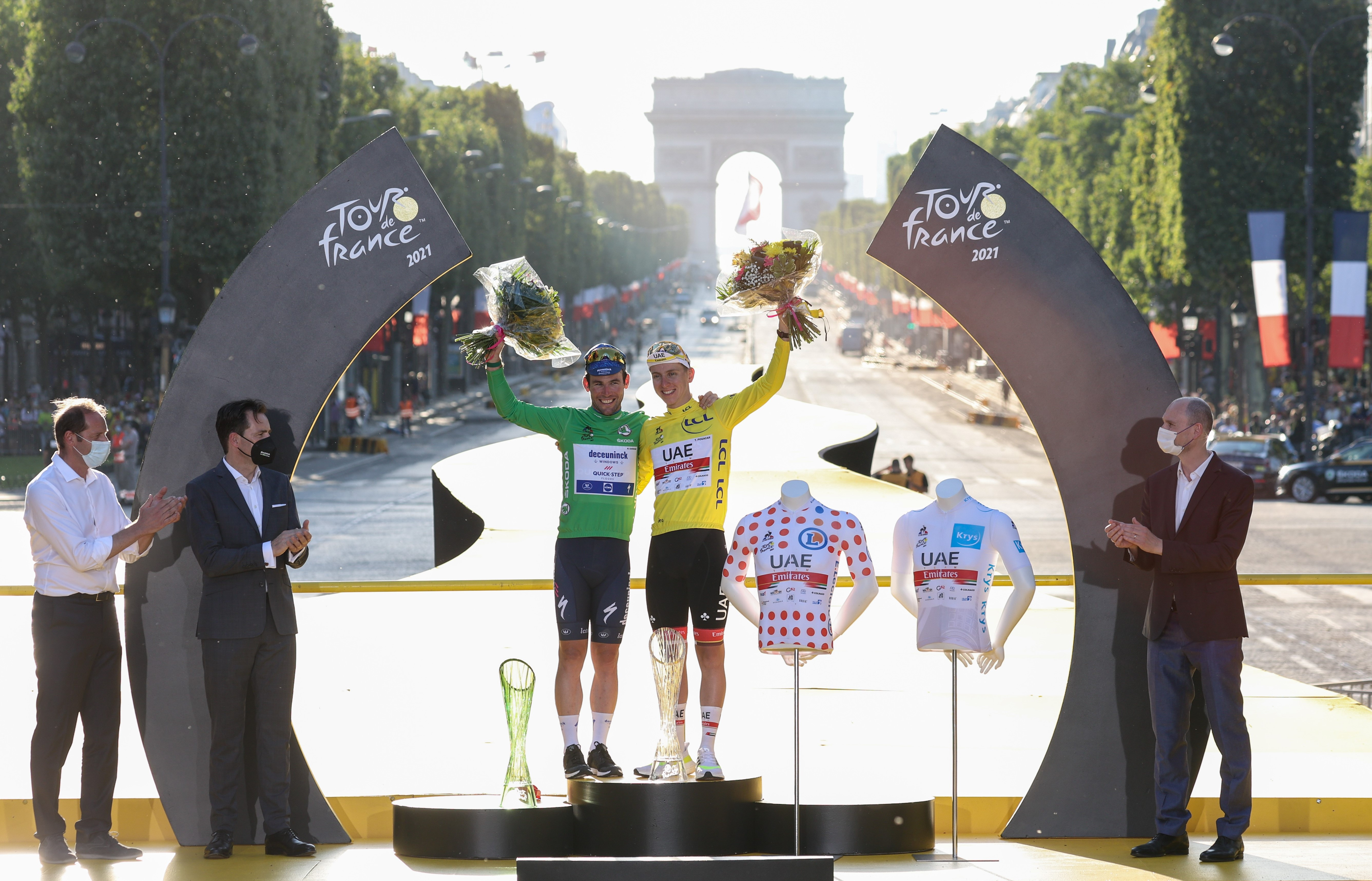 Winner of the 108th Tour de France Tadej Pogačar presented with crystal glass trophy by SKODA AUTO - Image 2