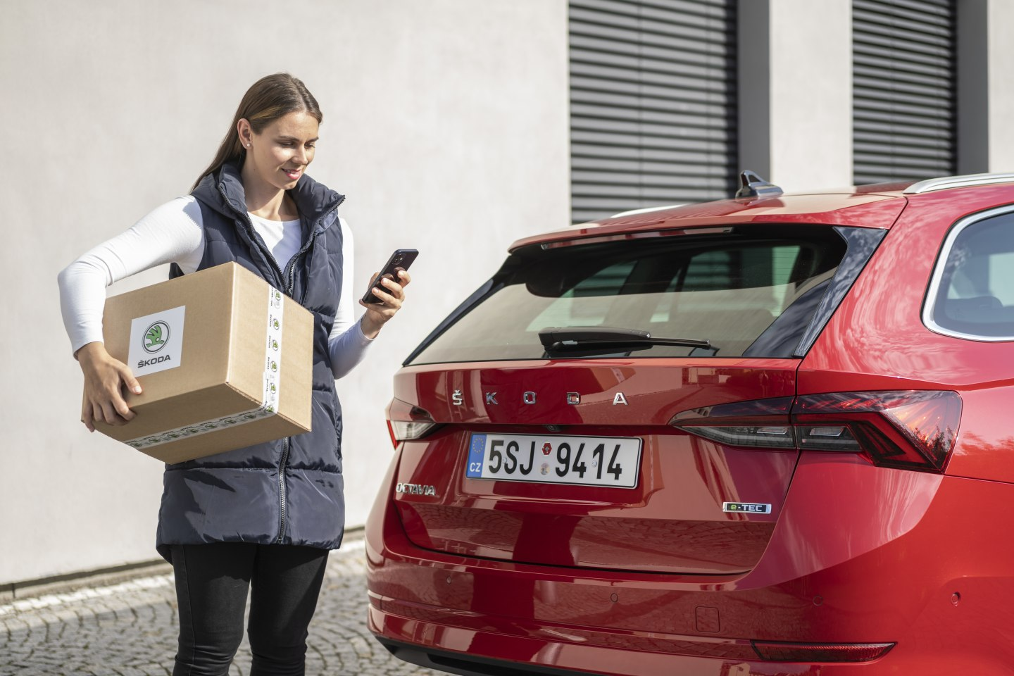 The courier service first locates the car using GPS.